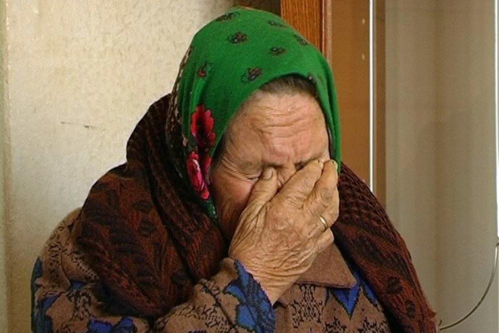 Молодой новороссиец запустил руки в трусы пенсионерке