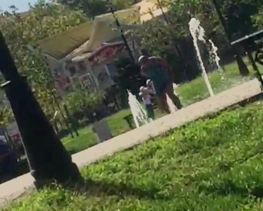 Раскрепощенная пенсионерка использует новороссийские фонтаны не по назначению