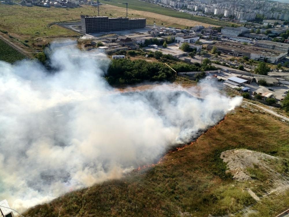 Сразу два пожара тушат в Новороссийске