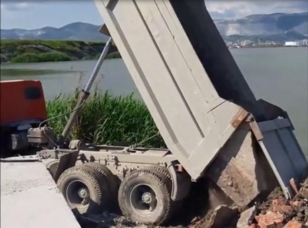 В Новороссийске сваливают строительный мусор вблизи пляжа Алексино
