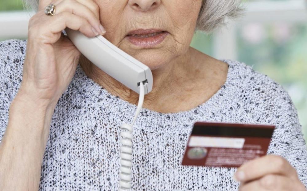 Около миллиона рублей украл мошенник у пенсионерки