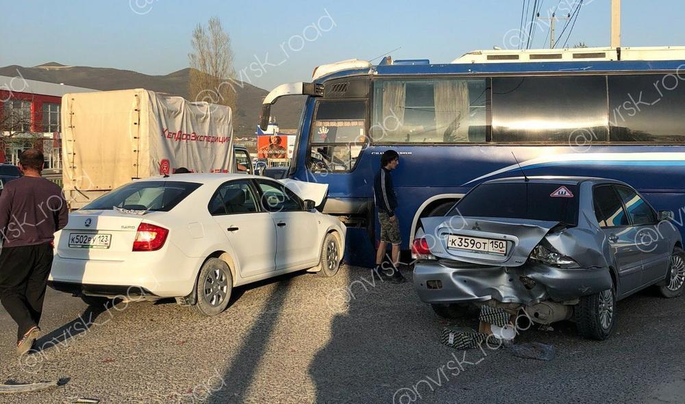 Две легковушки воткнулись в туристический автобус на въезде в Новороссийск