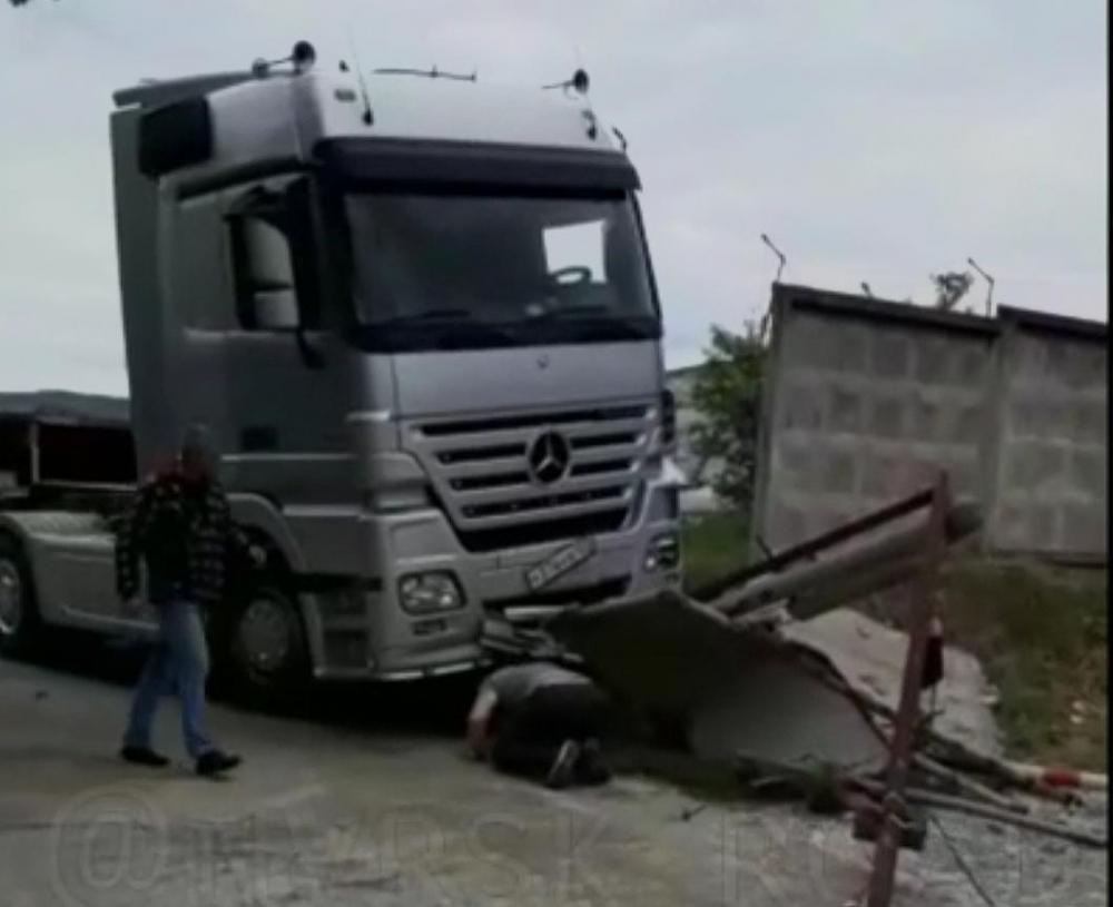 Остановил собой грузовик мужчина в пригороде Новороссийска