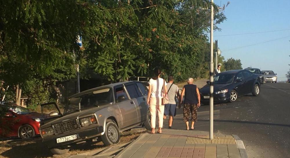 Автоледи из Новороссийска устроила две аварии за раз
