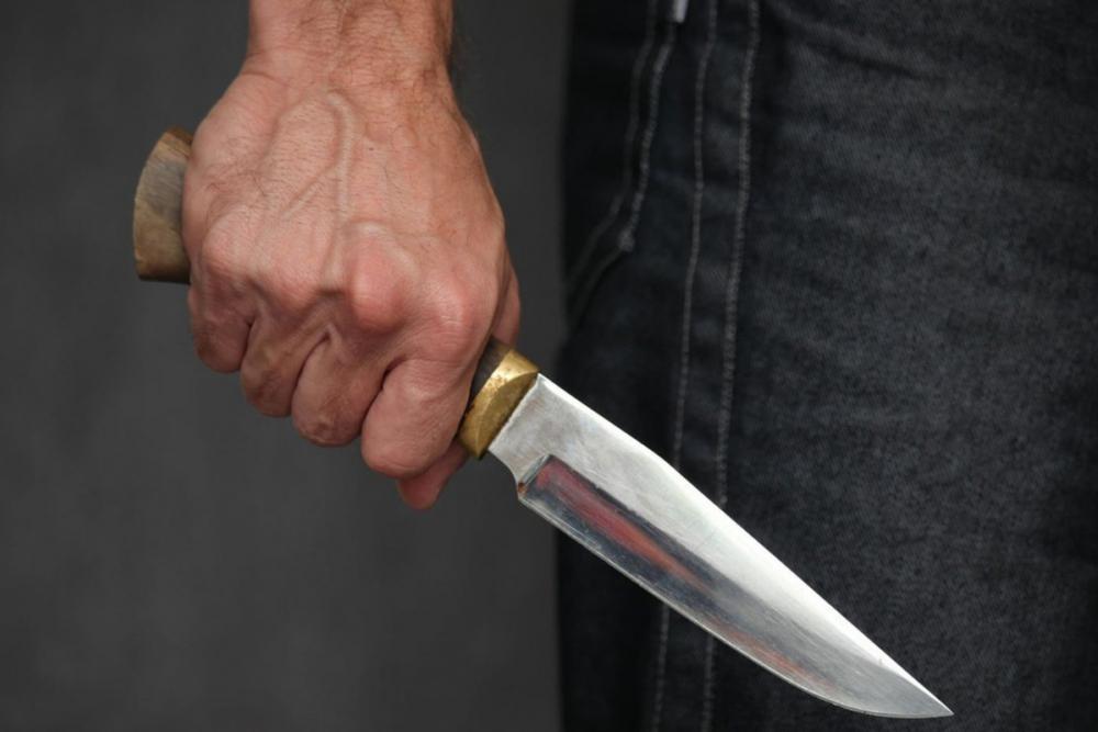 Молодому человеку вонзили нож в спину у одной из гостиниц Новороссийска