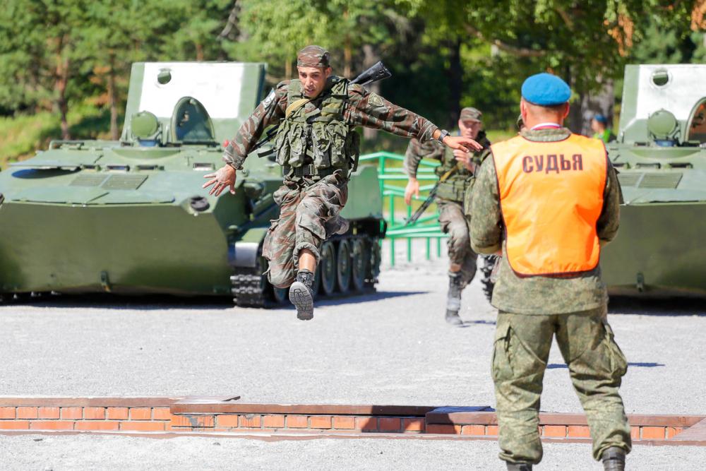 Крылатая пехота совершила марш-бросок после гонок на танках
