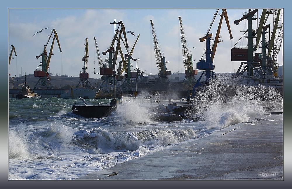 Порт Новороссийска приостановил отгрузку нефти из-за шторма