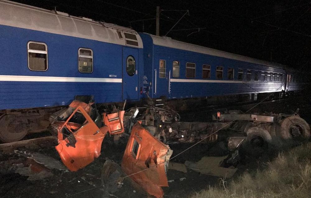 Столкновение поезда и грузовика задержало прибытие пассажиров Новороссийск