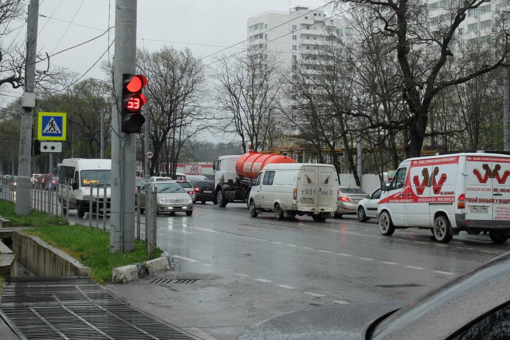 Центр Новороссийска встал в одну большую пробку