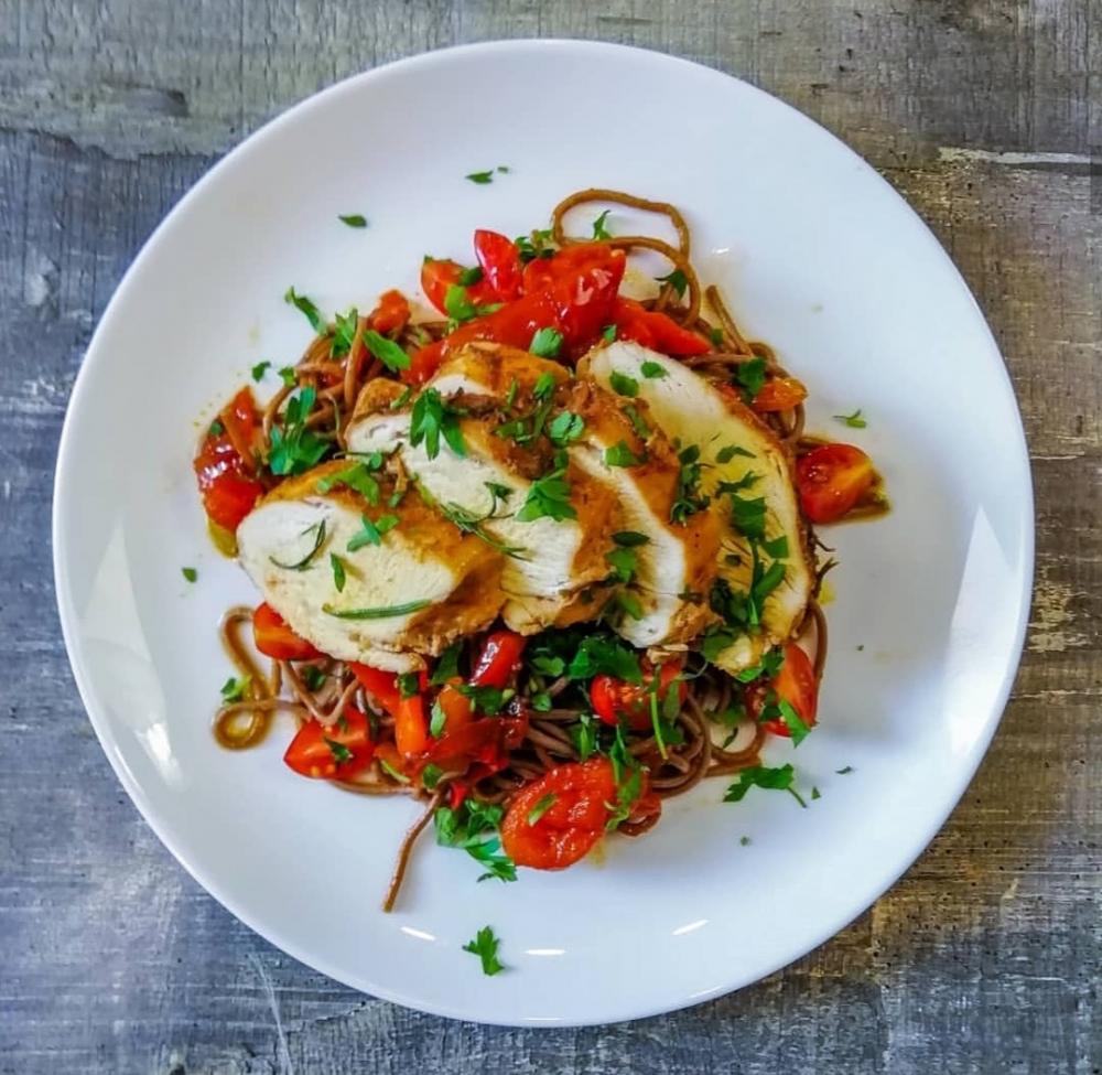 Готовим дома: нежная грудка с гречневой лапшой и овощами