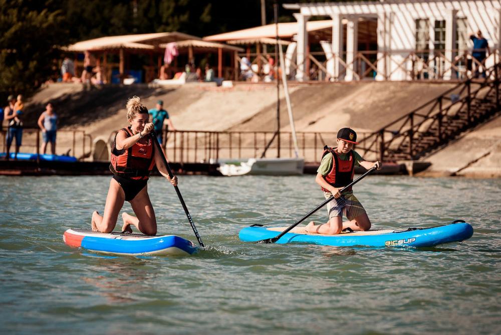Веслом и доской встретили гостей в Аbrau Sailing