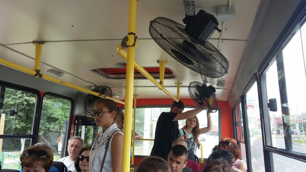 «Я у мамы инженер» или как новороссийские водители автобусов борются с жарой