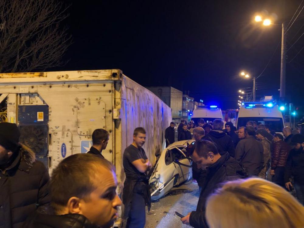 Фура раздавила легковушку вместе с пассажирами в центре Новороссийска