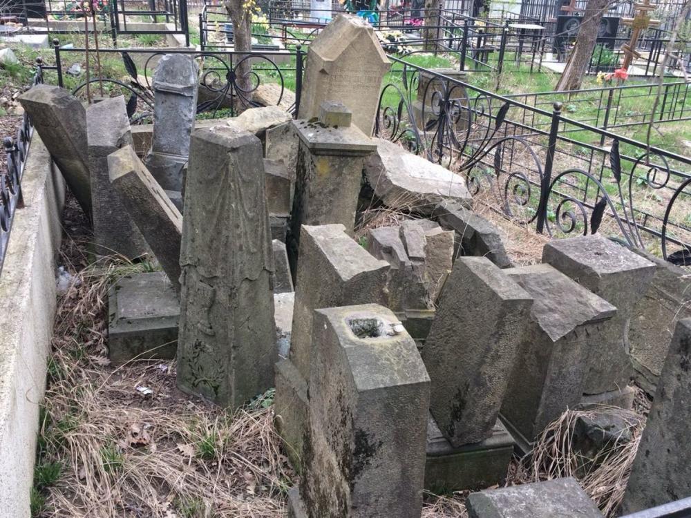 На новороссийском кладбище памятники первым поселенцам свалили в кучу