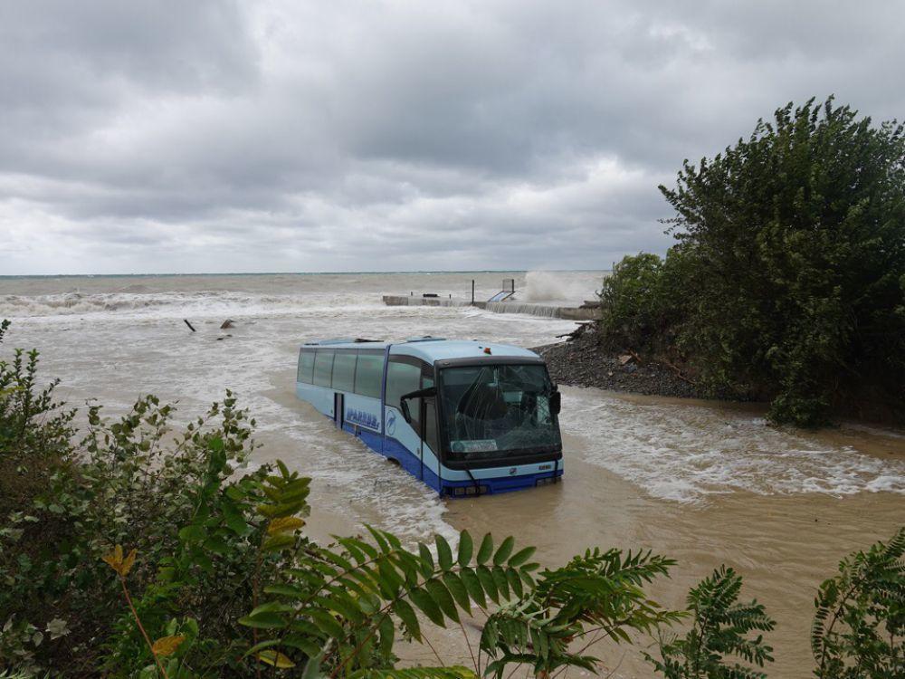 Только на третий день вытащили из моря плененный автобус под Новороссийском