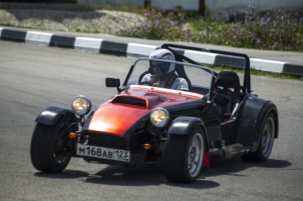 Солнце, пляж и рев моторов: в Новороссийске прошли автомобильные гонки