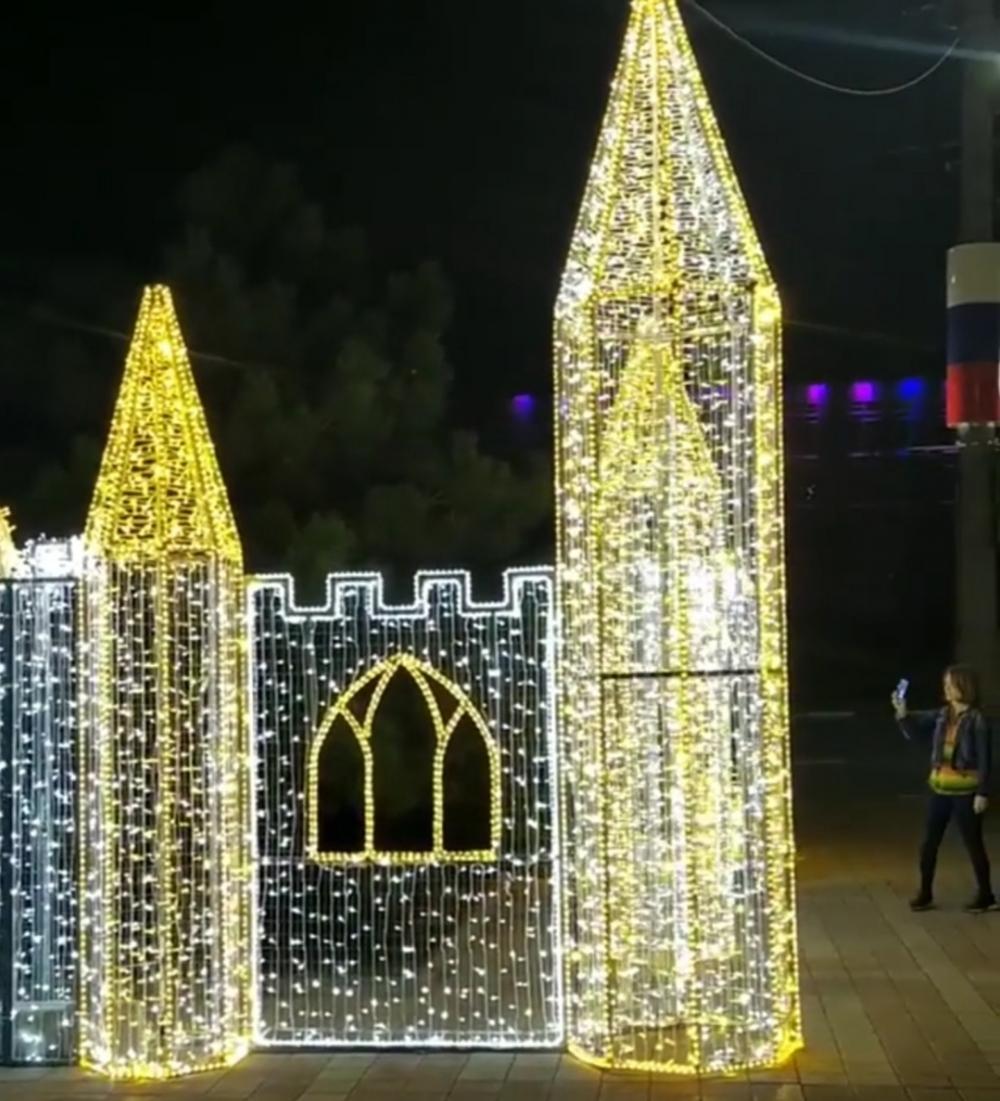 «Зачем так рано?», - новороссийцы о первых новогодних украшениях в городе