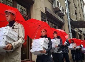 Подписные листы новороссийцев против пенсионной реформы передали в приемную президента