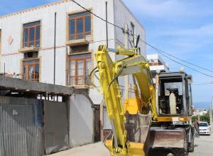 Трактор заставил новороссийцев самим сносить незаконные строения