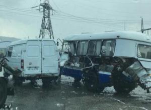 Автобусу разорвало бочину в ДТП под Новороссийском