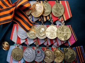 Лжесотрудник соцслужбы сдал украденные у ветерана награды в антикварный магазин