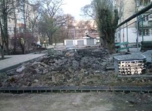 Делают всё не по правилам! – новороссийцы недовольны ремонтом дворов