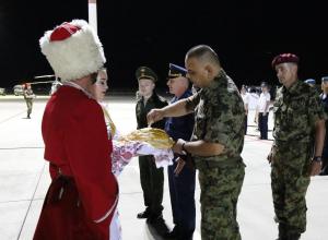 Вооруженных иностранных спецназовцев с бронетехникой встретили новороссийские десантники