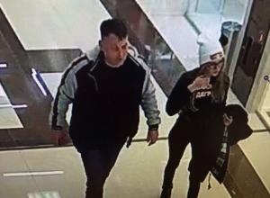 Разыскиваются подозреваемые в краже женской сумки с деньгами и документами в Новороссийске