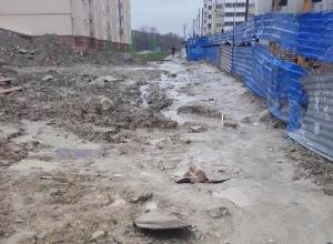 По колено в грязи добираются домой жители спального района Новороссийска