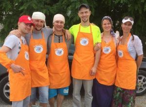Общество «Пища для души» бесплатно раздает еду старикам на новороссийской «барахолке»