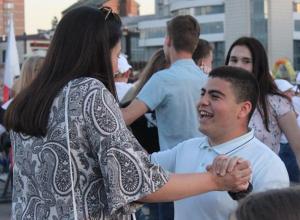 Несколько десятков пар закружились в вальсе в День России в Новороссийске
