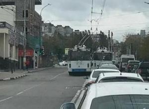 Троллейбус проехал по полосе встречного движения в Новороссийске