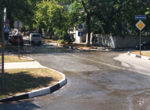 Прямо в центре Новороссийска прорвало канализацию
