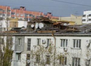 Настоящий бардак творится в Новороссийске на крыше одного из многоквартирных домов