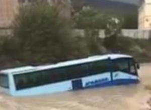 Тянут-потянут автобус из моря в Широкой Балке - вытянуть не могут!