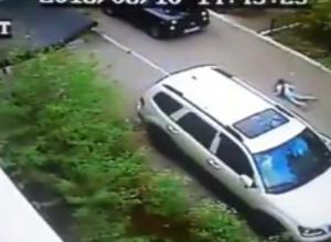 Новороссийцы переживают за сбитую у подъезда девочку