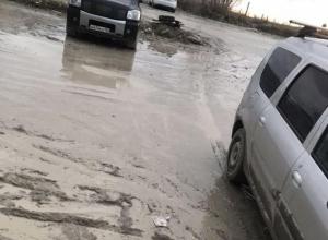 Автомобили тонут в грязи в Южном районе Новороссийска
