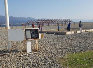 На пляже «Коса» в Новороссийске возле детской песочницы открыт электрощит