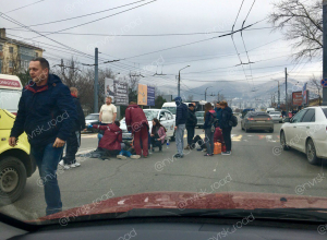 Таксист спешил выехать на «круг» первым и сбил двух пешеходов в Новороссийске