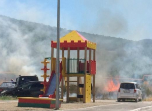 Огонь разыгрался рядом с детской площадкой в Новороссийске