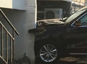 Автоледи не смогла объехать дом в Новороссийске