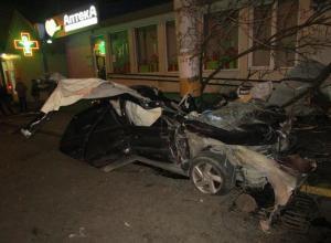 Двое человек и несколько припаркованных авто пострадали в жуткой аварии в Новороссийске