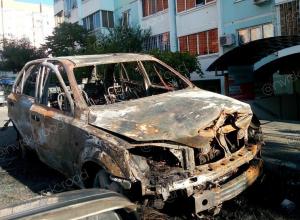 Неизвестные подожгли автомобиль в одном из дворов Новороссийска