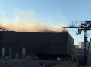 Производственные помещения горят в Восточном районе Новороссийска