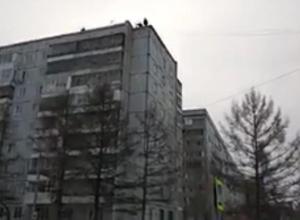 Остатки лифта скинули на припаркованные автомобили в Новороссийске