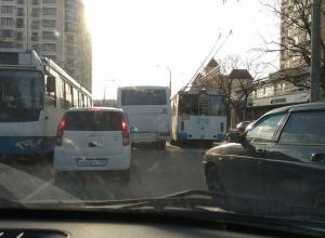 Троллейбус и автобус не поделили дорогу в Новороссийске