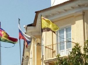 Грязная и порванная символика развевается рядом с районной администрацией Новороссийска