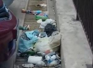 Парковка в центре Новороссийска утопает в мусоре