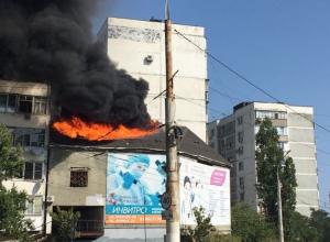В спальном районе Новороссийска горит здание