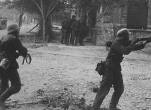 Новороссийск 75 лет назад: враг паникует, но от подлости не отказывается